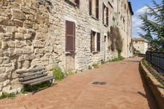 Callejón en un pueblo italiano típico Foto de archivo libre de regalías