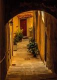 Callejón escarpado, caminado en una ciudad italiana de la colina Foto de archivo libre de regalías