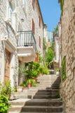 Callejón estrecho de las escaleras Edificios viejos de la albañilería imagenes de archivo