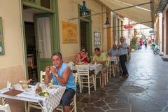 Callejón estrecho en Aegina, Grecia Fotografía de archivo libre de regalías