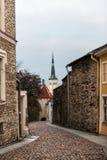 Callejón estrecho en la ciudad vieja de Tallinn Foto de archivo