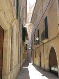 Callejón estrecho en Palma de Mallorca Fotos de archivo
