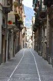 Callejón estrecho en Sulmona, Abruzos imagen de archivo