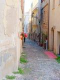 Callejón estrecho hermoso en la ciudad vieja de Alghero cerdeña Fotos de archivo
