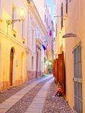 Callejón estrecho hermoso en la ciudad vieja de Alghero Cerdeña, Italia Imagen de archivo
