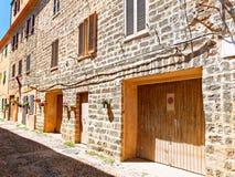 Callejón estrecho hermoso en la ciudad vieja de Alghero Cerdeña, Italia Foto de archivo libre de regalías
