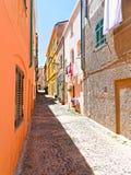 Callejón estrecho hermoso en la ciudad vieja de Alghero Cerdeña, Italia Fotografía de archivo libre de regalías
