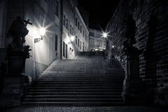 Callejón estrecho misterioso con las linternas Foto de archivo
