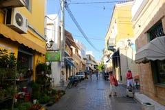 Callejón griego - isla de Aegina, Grecia Fotografía de archivo libre de regalías