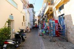 Callejón griego - isla de Aegina, Grecia Foto de archivo libre de regalías