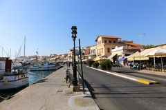 Callejón griego - isla de Aegina, Grecia Imagenes de archivo