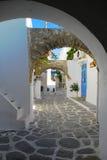 Callejón griego. Isla de Paros, Grecia. Foto de archivo