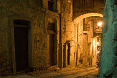 Callejón histórico iluminado Imagen de archivo