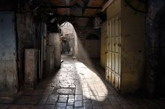 Callejón inundado ligero en Jerusalén foto de archivo