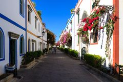 Callejón maravilloso con las flores coloridas en Puerto De Mogan Imagenes de archivo