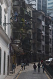 Callejón montañoso al lado del cuadrado de Senado, Macao Fotos de archivo