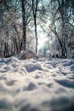Callejón nevado después de nevadas fuertes en el sol Imagen de archivo
