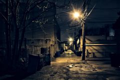 Callejón oscuro, arenoso y mojado de Chicago en la noche después de la lluvia imágenes de archivo libres de regalías