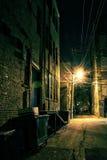 Callejón oscuro de la ciudad fotografía de archivo