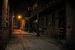 Callejón oscuro de la ciudad en la noche foto de archivo libre de regalías