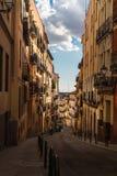 Callejón pintoresco en Madrid, tarde del verano imagen de archivo libre de regalías