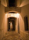 Callejón por noche. Monopoli. Apulia. imágenes de archivo libres de regalías