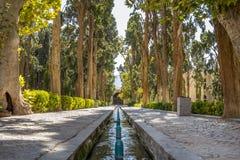 Callejón principal del jardín de la aleta de Kashan, también conocido como parque de la aleta de Bagh e Es una señal turística de fotos de archivo libres de regalías