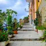 Callejón que camina pintoresco que sube para arriba en Riomaggiore, Cinque Ter Foto de archivo libre de regalías