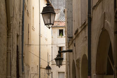 Callejón rústico con las casas y las linternas viejas, Montpelier, Francia de la piedra caliza Foto de archivo
