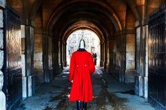 Callejón rojo vibrante Reino Unido del traje del casco del guardia de Londres fotos de archivo libres de regalías