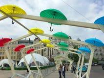 Callejón romántico de paraguas coloridos Foto de archivo libre de regalías
