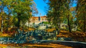 Callejón romántico hermoso en un parque con los árboles coloridos y la luz del sol fondo de la naturaleza del otoño - Bilder imagenes de archivo