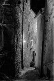 Callejón toscano del pueblo, calle por noche Italia Fotografía de archivo libre de regalías