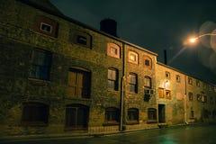 Callejón urbano oscuro de la ciudad en la noche después de una lluvia fotografía de archivo libre de regalías