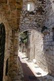 Callejón y escalera estrechos de las rocas blancas en el pueblo viejo de Eze Fotos de archivo