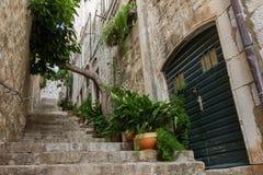 Callejón y escaleras vacíos en la ciudad vieja de Dubrovnik Foto de archivo