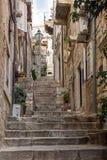 Callejón y escaleras vacíos en la ciudad vieja de Dubrovnik Fotografía de archivo libre de regalías
