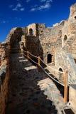 Callejón y paredes de piedra de la ciudad bizantina sobre el mar Mediterráneo, Monemvasia, Grecia imagen de archivo libre de regalías