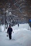 Callejón debajo de la nieve en invierno, Rumania Imagenes de archivo