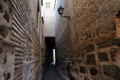 Callejón medieval viejo en Toledo, España Imágenes de archivo libres de regalías
