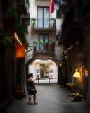 Callejones reservados de exploración de la parte posterior de Barcelona imagen de archivo