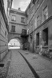 Calles blancos y negros de la ciudad vieja en Lublin Imagen de archivo libre de regalías