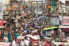 Calles caóticas de Delhi vieja en la India Imagen de archivo libre de regalías