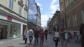 Calles centrales de la ciudad de Ljubljana la ciudad capital y más grande de Eslovenia almacen de metraje de vídeo