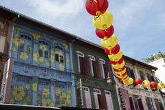 Calles coloridas chinas del edificio en la ciudad de Singapur Imagenes de archivo