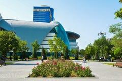 Calles de Baku, 1ros juegos europeos en Baku, edificio de Bulvar del parque Fotografía de archivo