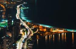 Calles de Chicago a lo largo del lago Michigan en la noche foto de archivo libre de regalías