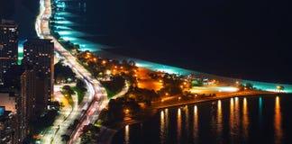 Calles de Chicago a lo largo del lago Michigan en la noche fotos de archivo libres de regalías
