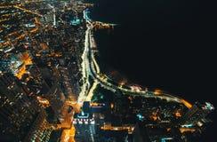 Calles de Chicago a lo largo del lago Michigan en la noche imagenes de archivo
