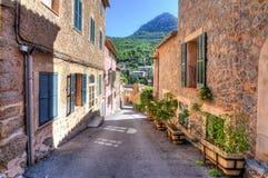 Calles de Deia, pequeño pueblo en las montañas, Mallorca, España foto de archivo libre de regalías